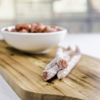 Ungarische Salami PICKSTICK angerichtet auf Holzbrett und in Schale